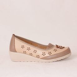 Бежови дамски обувки на ниска платформа