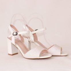 damski sandali na sreden tok beli 247x247 - 6 модни тенденции, които ще освежат вашето лято през 2019 г.