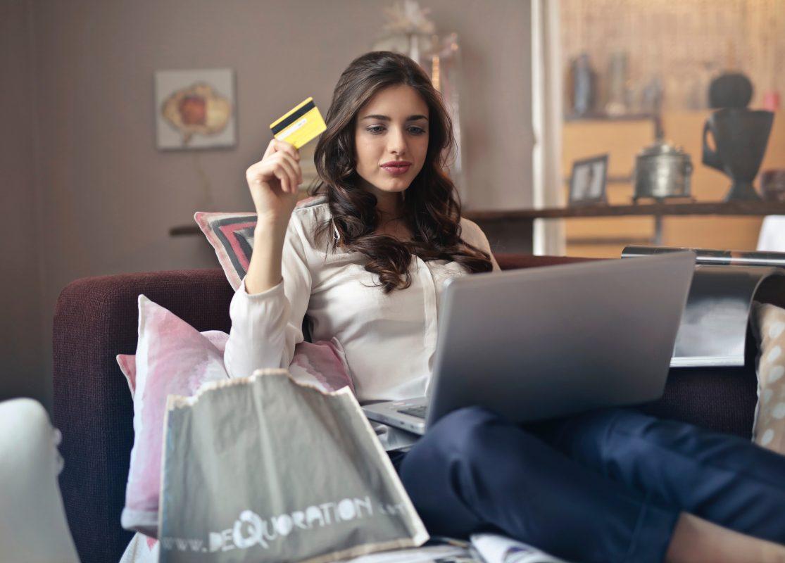 adolescent beautiful brunette 919436 1115x800 - Как да изберем подходящите обувки?