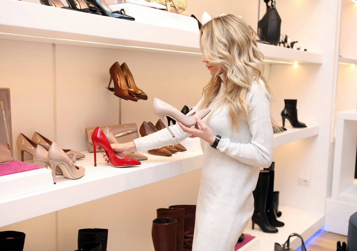 adult boutique choosing 318236 1137x800 - Как да изберем подходящите обувки?
